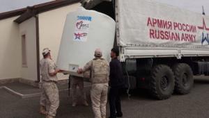 Rus sülhməramlıları erməni məktəblilərinə su payladı - VİDEO